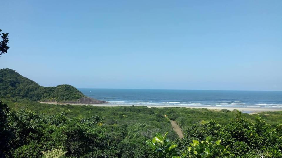 Conheça a Praia do Caramborê em Peruíbe