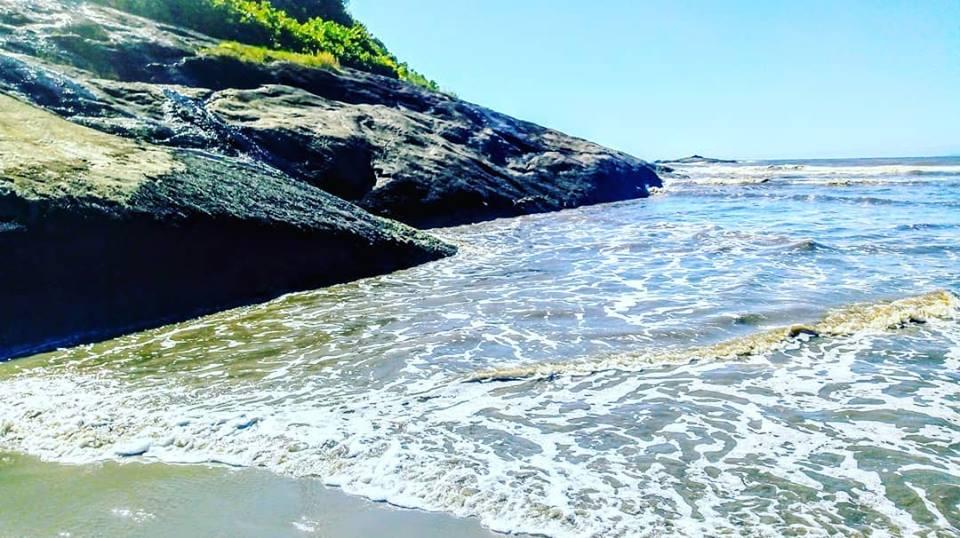 Conheça a Praia do Guaraú em Peruíbe